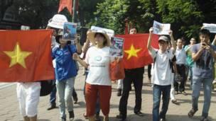 Những người biểu tình căng cờ Việt Nam và trương biểu ngữ phản đối Trung Quốc