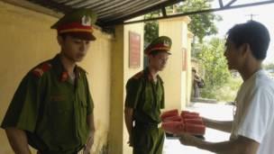 Công an đứng gác trước Trung tâm lưu trú Lộc Hà