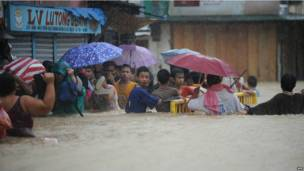 Người dân Manila di tản trong lũ