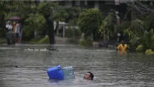 Đường phố Manila bị ngập lụt