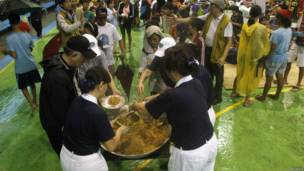 Relawan membagikan makanan