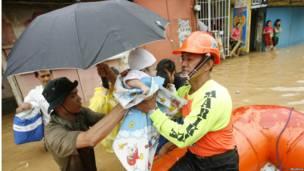 Petugas memberikan pertolongan