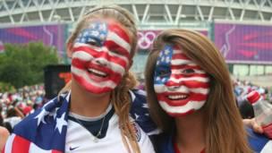 Còn hai cô gái đến từ Hoa Kỳ nói rằng họ hy vọng tuyển nữ Mỹ chắc chắn sẽ thắng.