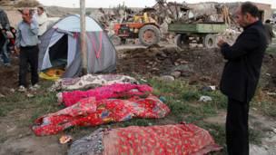 Thi thể các nạn nhân trận động đất được xếp ngoài trời