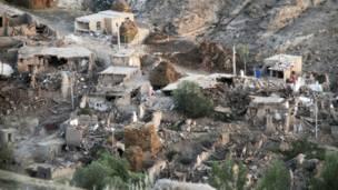 Nhà cửa bị san phẳng trong trận động đất hôm 11/8