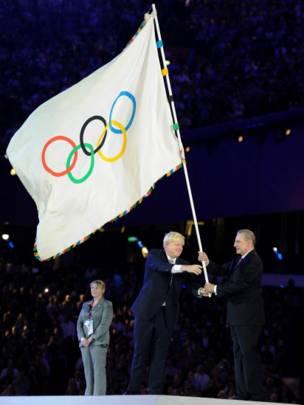 Boris Johnson trao lại cờ Olympic cho ông Jacques Rogge