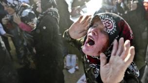 Một người phụ nữ đau khổ vì mất người thân ở làng Bajebaj gần thành phố Varzaqan