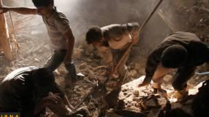 Lực lượng cứu hộ bới tìm nạn nhân trong đống đổ nát