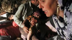 Thi thể một em bé được kéo ra khỏi đống đổ nát ở làng Bajebaj gần thành phố Varzaqan
