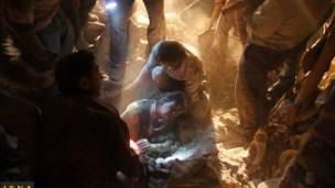 Một nạn nhân được lực lượng cứu hộ tìm thấy