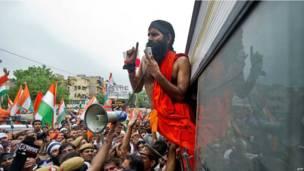 रामदेव को पुलिस ने रोका