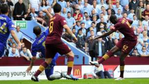 Yaya Toure (iburyo) atsinda igitego Chelsea