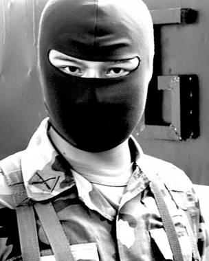 Guardia encapuchado en la cárcel de Cojutepeque, en El Salvador. Foto: BBC - IGNACIO DE LOS REYES