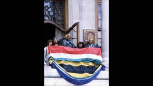 Mandela di London setelah bebas. BBC