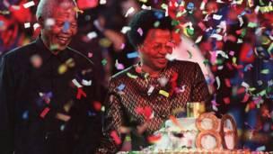 Nelson Mandela dan istri barunya Graca Machel