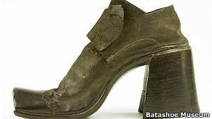 106985738af16 Zapato de tacón Image caption Los hombres fueron los primeros en usar  zapatos ...