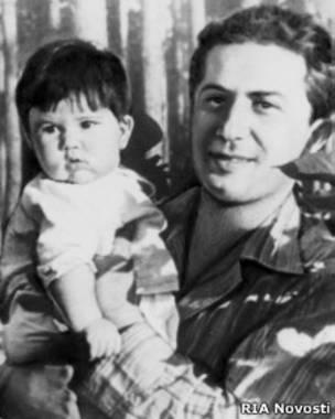 Яков Джугашвили с дочерью Галиной (1940 г.)