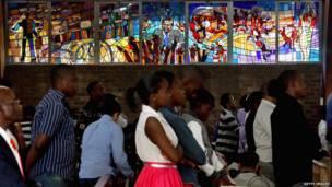 Rakyat Afrika Selatan berdoa untuk Mandela