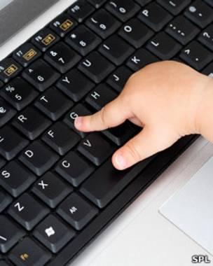 599519eca094e Bebé tocando el teclado de un computador