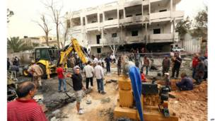 Le quartier de l'ambassade de France à Tripoli après un attentat à la voiture piégée. 23.04 2013