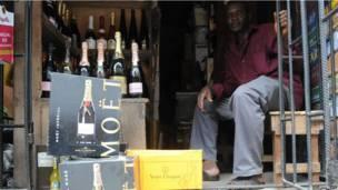 Des bouteilles de champagne en vente dans une échoppe à Lagos. Mardi 23 avril.