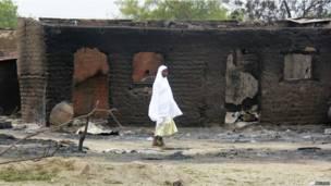 Des maisons calcinées dans une rue de Baga, théâtre de violents affrontements entre des combattants islamistes et l'armée. 21.04 2013