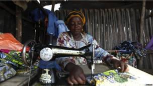 Une couturière à Gatumba, Burundi.