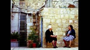 Mujeres que conversan en el patio de un convento Copto en Jerusalén, mayo 2012.