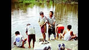 Niños que se limpian en el río en San Martín, mayo 2010.