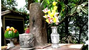 Cột đá thề (cũ) ở khu di tích Đền Hùng, Phú Thọ