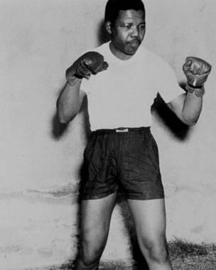 Nelson Mandela oo feertamaya (Sawirka: Rex Features).