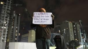 Участник демонстрации с плакатом