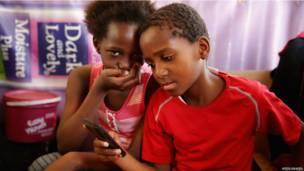 Des enfants chez un coiffeur à Diepsloot en Afrique du sud. Lundi 17 juin 2013