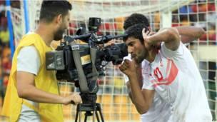 Le footballeur tunisien Oussama Darragi célébrant devant les caméras un but marqué contre la Guinée équatoriale. Dimanche 16 juin 2013