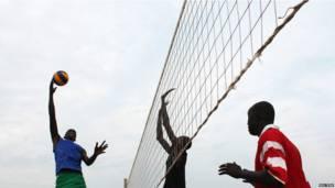 Des hommes jouant au volley-ball à Juba dans le Soudan du Sud. Mercredi 19 juin 2013