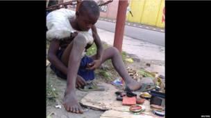 Un enfant des rues, réparant sa chaussure à Kinshasa. Dimanche 16 juin 2013