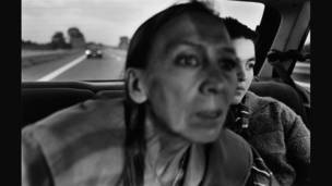 Mujer e hija viajando en taxi