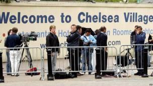 """Журналисты перед входом в клуб """"Челси"""" в Лондоне"""