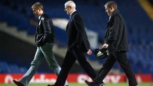 Роман Абрамович идет по стадиону Стэмфорд Бридж.