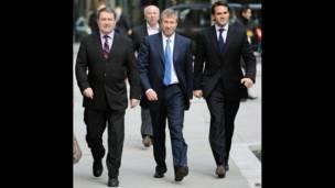 Абрамович идет на судебное заседание