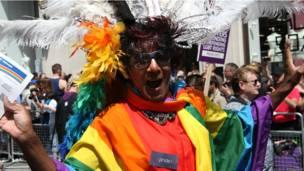 Участник гей-парада в Лондоне