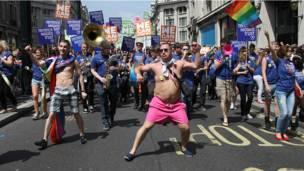 Участники парада танцуют