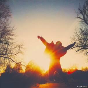 खुशी से उछल रही लड़की