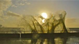 समुद्र किनारे सुबह की किरणें