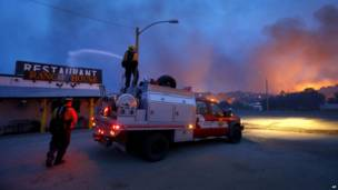 Пожарные тушат горящий ресторан в Ярнелле