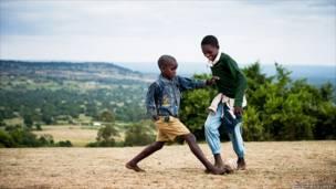 केन्या में खेलते हुए बच्चे, मैथ्यू गिलोले