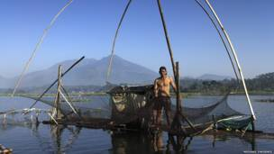 Nelayan di Danau Bagendit karya Michael Theodric
