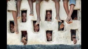 झरोखों से झांकते बच्चे, लाइबेरिया, टिमोथी एलन