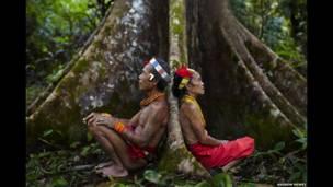 शिकार के बाद आराम करते जनजाति समुदाय के लोग, एंड्रूय नेवेय