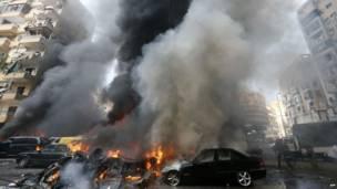 धमाके के बाद कार से निकलता धुआं
